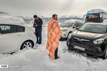 گرفتارشدن مردم در برف و کولاک امامزاده هاشم گیلان