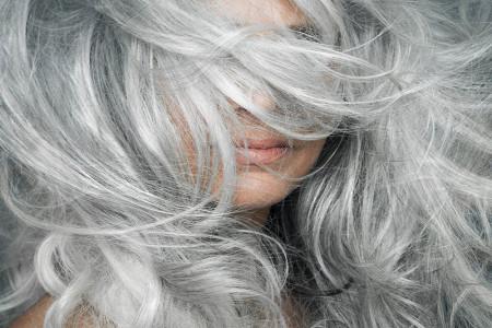 9+1 نکته مهم که به جلوگیری از سفید شدن مو کمک خواهد کرد