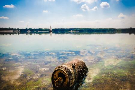 چه چیزی باعث آلودگی آب میشود؟