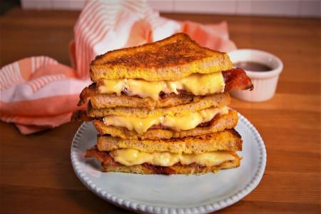 تُست کالباس و پنیر یک صبحانه مقوی و خوشمزه