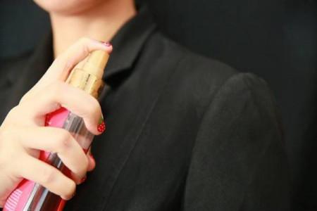 10 ترفند حیرت انگیز برای پاک کردن لکه عطر