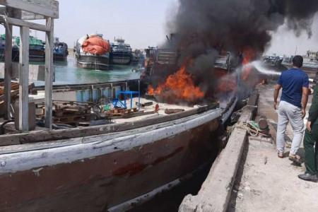 در آتش سوختن شناور باری در بوشهر / تلاش برای دیگر شناورها