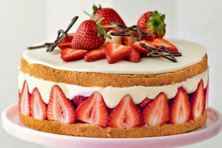 طرز تهیه کیک بستنی توت فرنگی دسری خوشمزه
