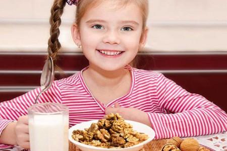 خواص گردو برای کودکان : از چه سنی و چگونه به کودکان گردو بدهیم ؟