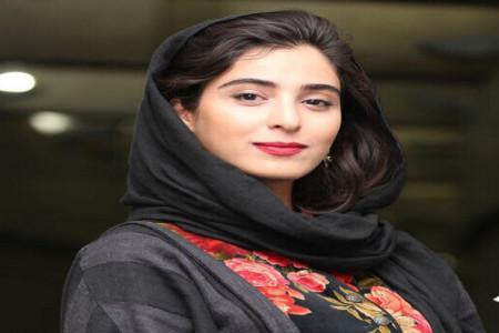 عکس آناهیتا افشار در کوچه پس کوچه های قدیم شهر