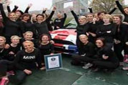 رکورد جالب 28 خانم در یک ماشین مینی ماینر + عکس
