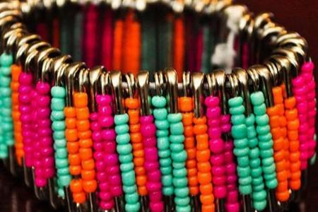 ساخت دستبند دخترانه با سنجاق و مهره رنگی