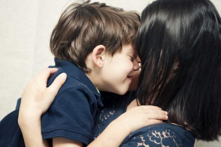 فواید شگفت انگیز بوسیدن و محبت به کودک توسط والدین