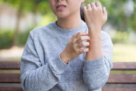 ۱۱ درمان خانگی برای از بین بردن خارش زمستانی