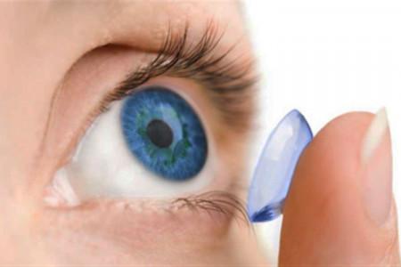 عوارض خطرناک خوابیدن با لنز چشم