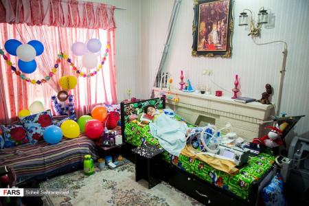 تصاویر جشن تولد علی کوچولو مبتلا به بیماری نادر