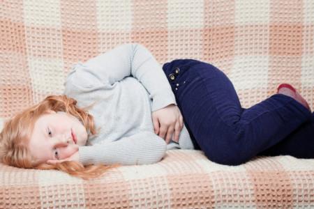 علل و بهترین راه درمان درد دور ناف در کودک