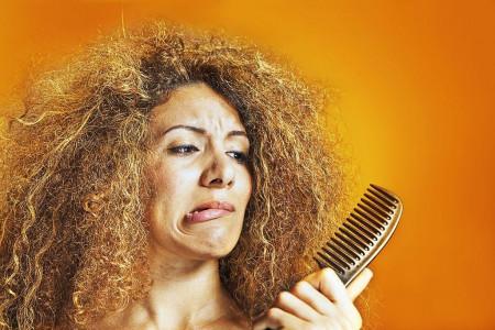 درمان موهای مجعد و آسیب دیده با مواد طبیعی در خانه