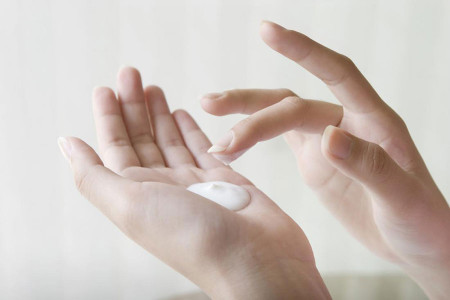 ۱۰ لوسیون خوشبو کننده بدن با خاصیت آبرسانی و جوانسازی پوست