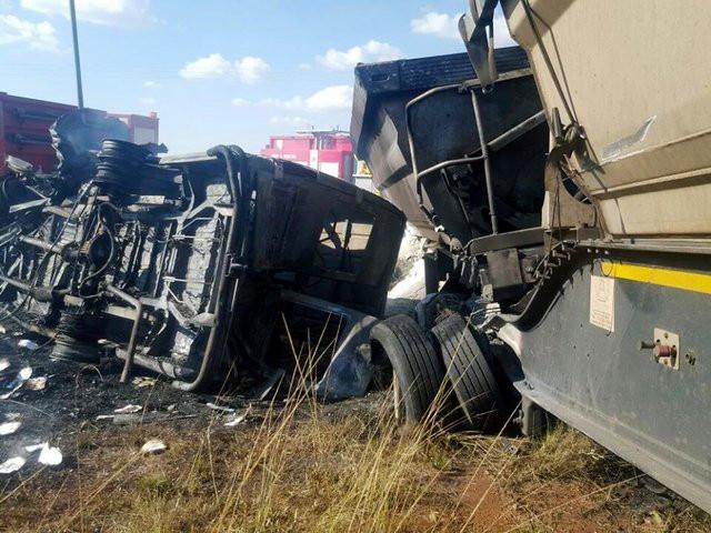 تصادف کامیون و مینیبوس ۱۰ مصدوم به جا گذاشت