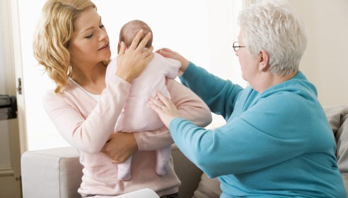 روش های صحیح باد گلو گرفتن نوزادان (آروغ) + عکس