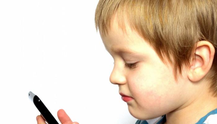 استفاده از موبایل برای کودکان، چه عوارضی دارد؟
