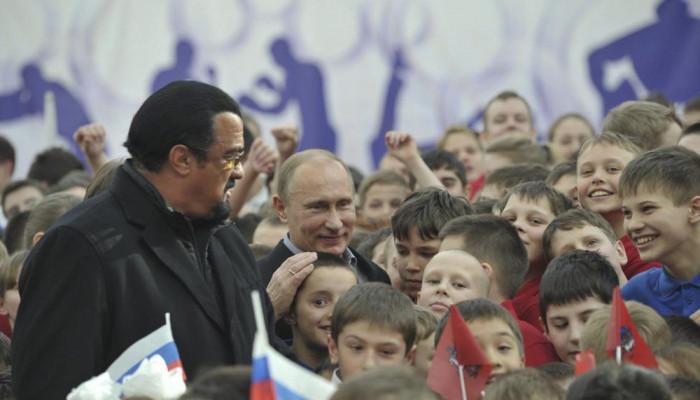 تصاویر اعطای گذرنامه روسی به استیون سیگال