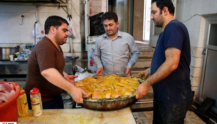 تصاویر توزیع غذای نذری در محلات محروم تهران