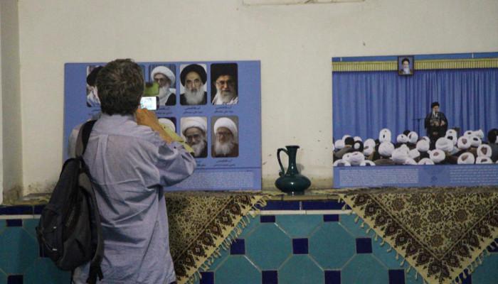 تصاویر گفتگوی روحانیون شیعه با توریستهای خارجی در مسجد شیخ لطف الله
