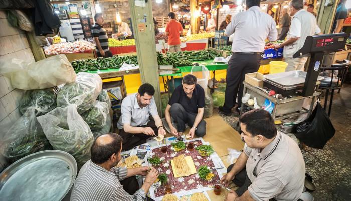 تصاویر افطار روزهداران در بازار رشت
