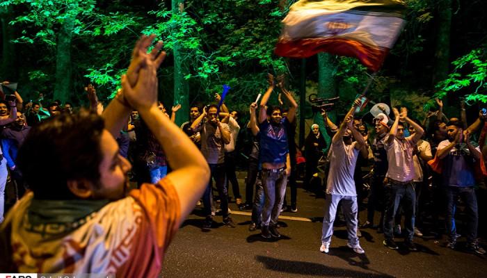تصاویر شادی مردم پس از صعود ایران به جام جهانی فوتبال