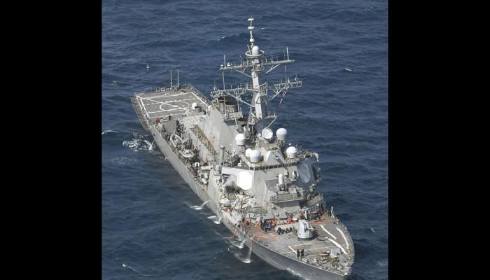 تصاویر برخورد ناو آمریکایی با یک کشتی باری