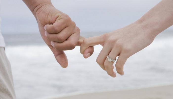 حکم شرعی لیسیدن و خوردن آلت همسر از دیدگاه اسلام
