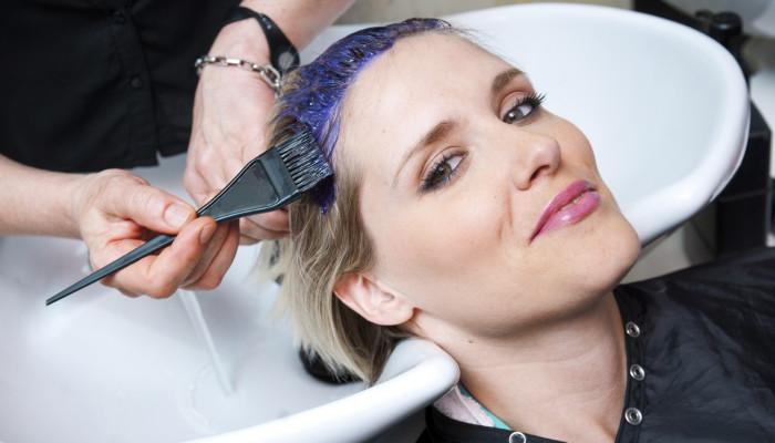خطرات جبران ناپذیر رنگ کردن مو در زمان بارداری و تاثیرات آن روی جنین