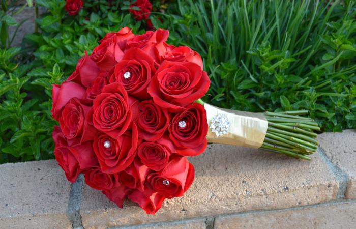 عکس های دسته گل عروس رز قرمز با تزیینات زیبا و جدید