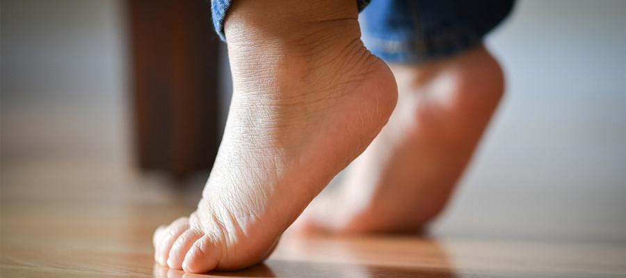 لنگیدن پا در کودکان چه عللی دارد. بچه ها به چه علت هایی دچار لنگش میشوند