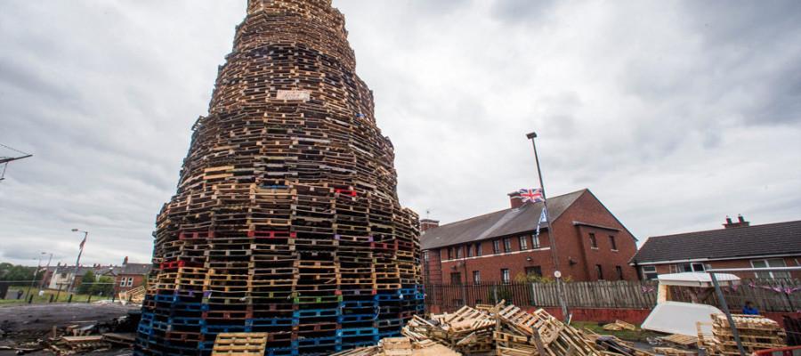 تصاویر سنت روشن کردن آتش در ایرلند شمالی
